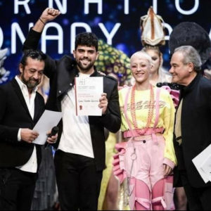 Borja Carbonell levantando el primer y único reconocimiento que hemos recibido en este certamen, de momento.